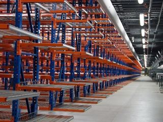 Selective pallet racks in a warehouse.